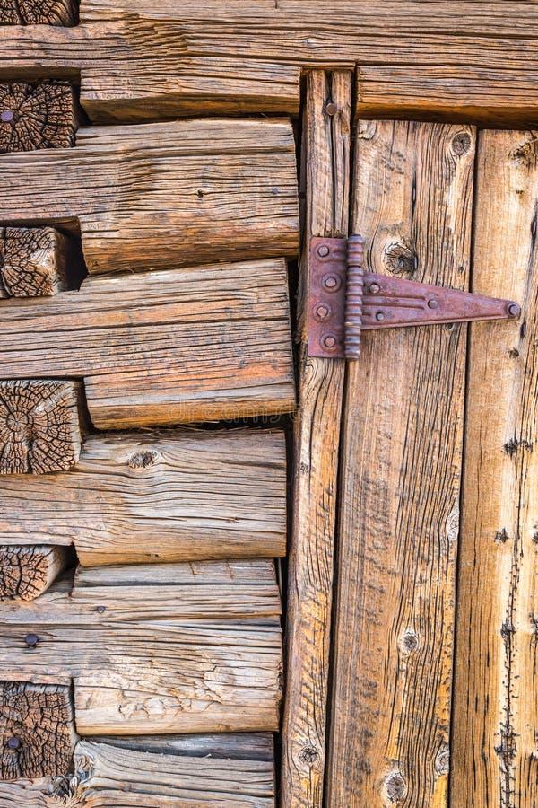 Résumé de mur et de porte de carlingue de rondin d'antiquité de vintage avec la charnière image stock
