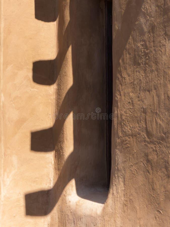 Résumé, fenêtre dans le mur d'adobe image libre de droits