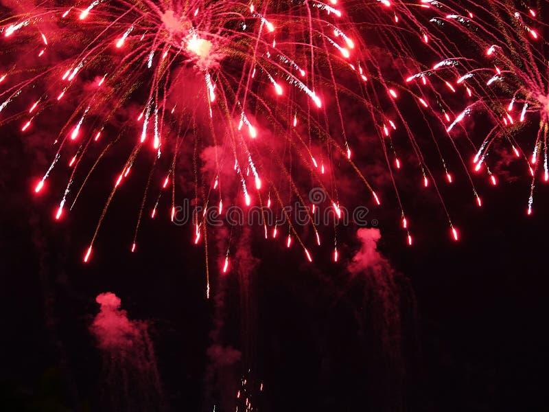 Résumé, feux d'artifice, image brouillée Fond de Noël Lumière avec les étincelles rougeoyantes, carte de voeux de Joyeux Noël photos libres de droits