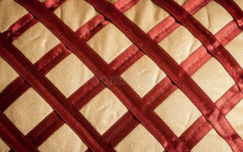 R?sum? haut ?troit de fond de tissu de soie ou de satin de textile de tissu de toile de tissu rouge avec le mod?le diagonal entre photos libres de droits