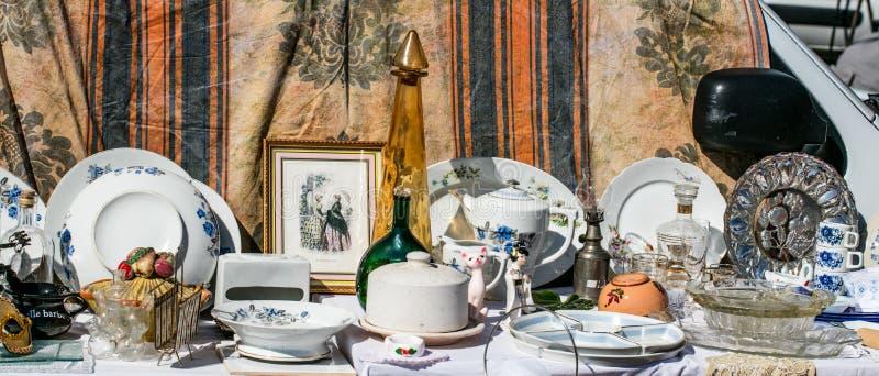 Rétro affichage des choses et des plats de ménage à la brocante à domicile images libres de droits