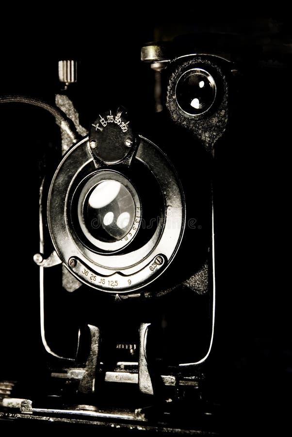 Rétro appareil-photo de format moyen sur le fond noir photo stock