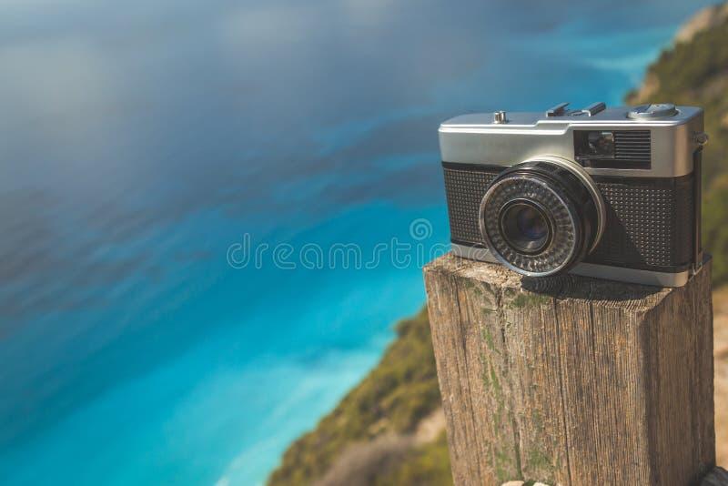 Rétro appareil-photo et océan photographie stock libre de droits