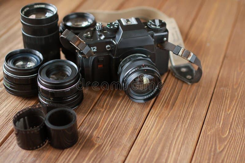 Rétro appareil-photo, lentilles et film de film images stock