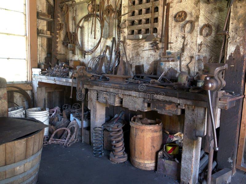 Rétro atelier avec de vieux outils image stock