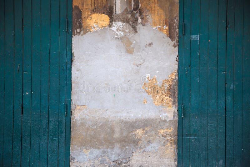 Rétro avant en bois de magasin de porte de cru Conception architecturale intérieure à la maison, panneau en bois texturisé vert-f images libres de droits