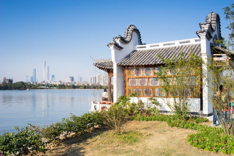 Rétro bâtiment de style par le lac photographie stock