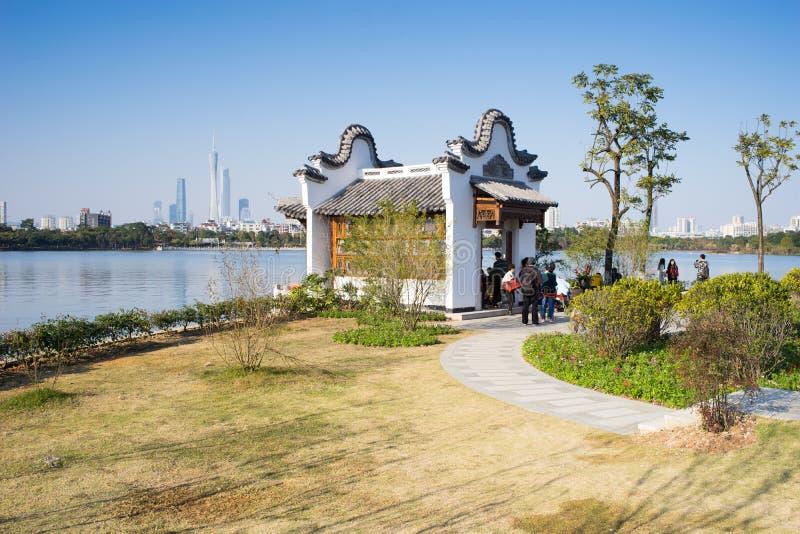 Rétro bâtiment de style par le lac photos libres de droits