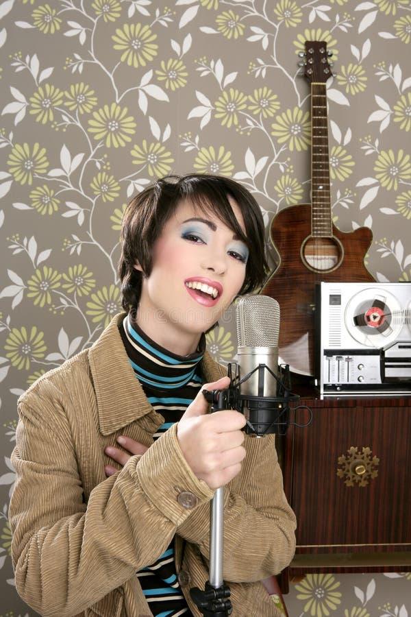 Rétro bande de bobine de guitare de microphone de femme du chanteur 60s photographie stock libre de droits