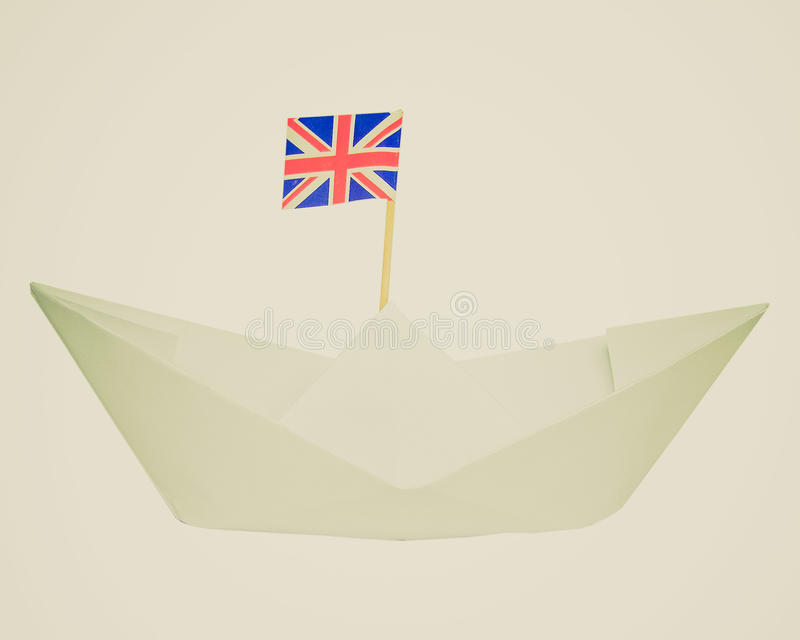 Rétro bateau de papier de regard avec le drapeau BRITANNIQUE photographie stock libre de droits
