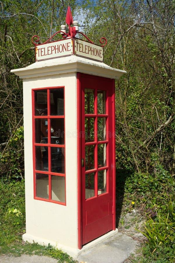Rétro cabine téléphonique debout libre rouge photographie stock libre de droits