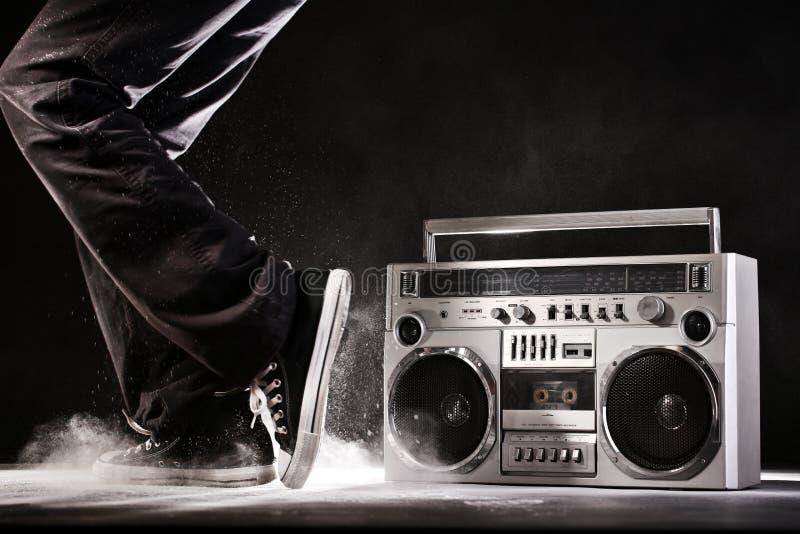Rétro caisson de basses, poussière et danseur de ghetto d'isolement sur le noir avec du Cl photographie stock libre de droits
