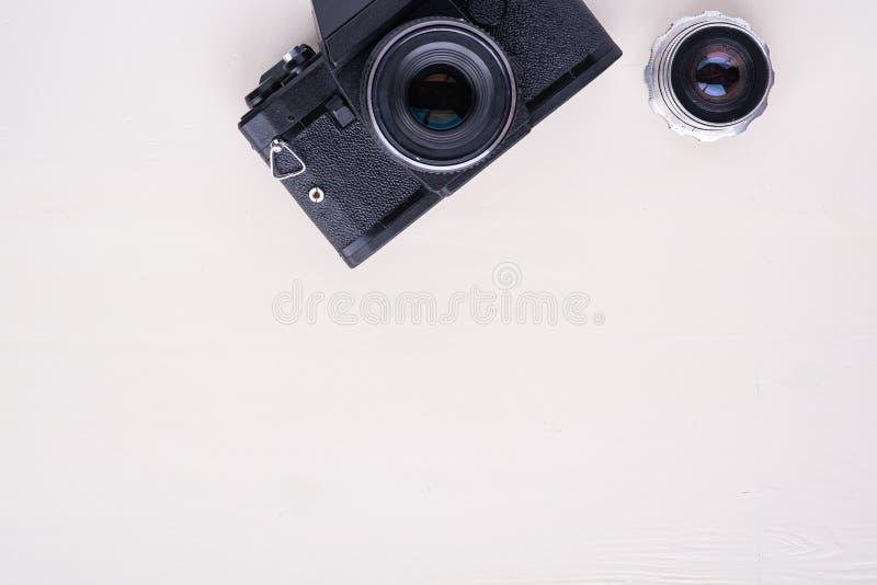 Rétro caméra de film de photo de vieux cru avec la configuration d'appartement de vue supérieure de l'espace de copie de lentille photo libre de droits