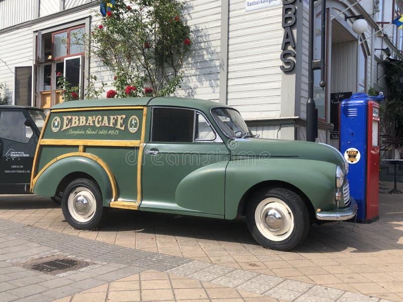 Rétro camion de livraison de Morris Minor en dehors du ` d'Ebba s Café dans la Ã-terre Suède de Borgholm photos stock