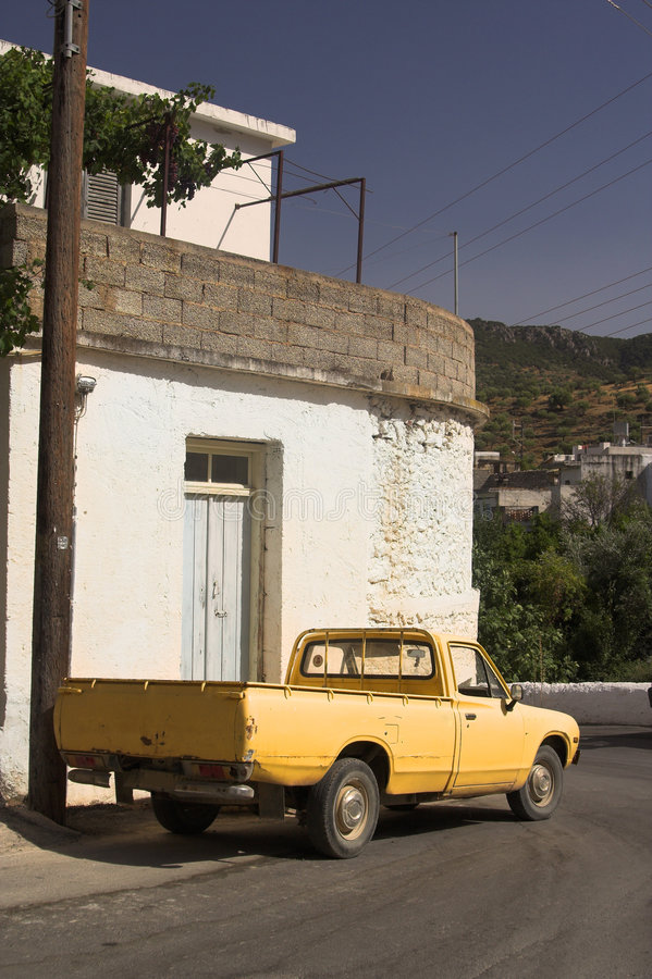 Rétro camion jaune photographie stock libre de droits