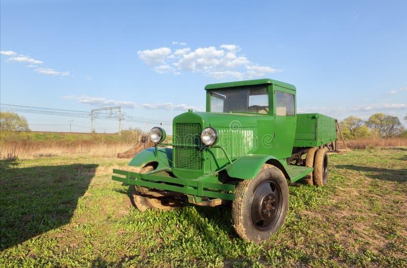 Rétro camion soviétique vert de vintage photographie stock libre de droits