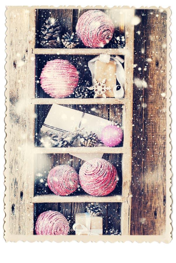 Rétro carte avec des cadeaux de vintage sur l'étagère en bois Neige tirée photos libres de droits
