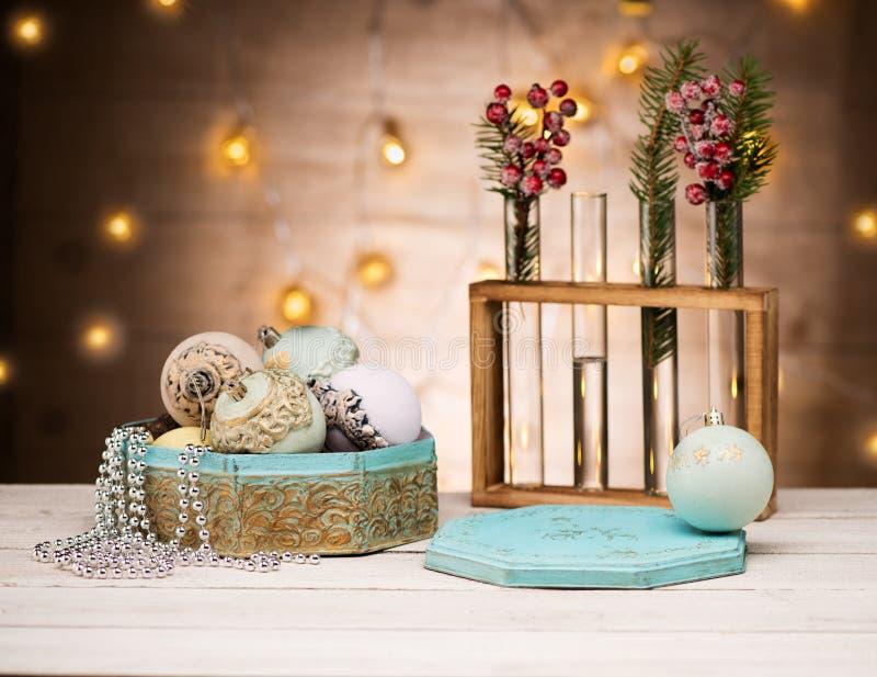 Rétro carte avec les boules de jouets de Noël de cru et la décoration de nouvelle année photographie stock libre de droits