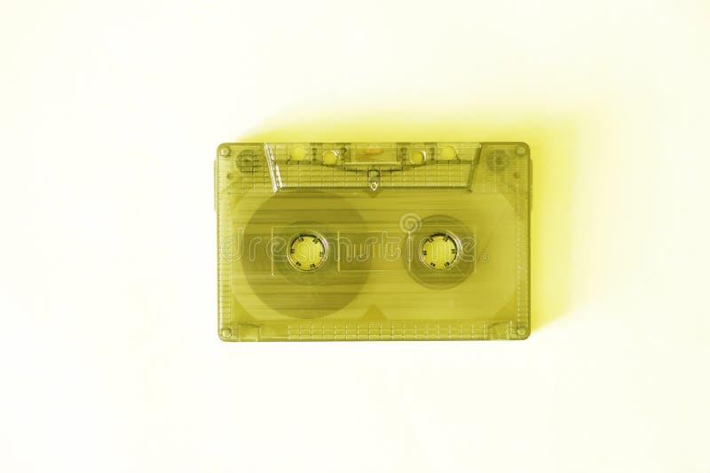 Rétro cassette sonore, en gros plan sur un fond jaune, concept de cru photo stock