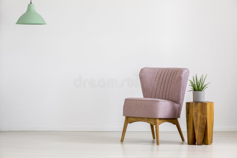 Rétro chaise dans la chambre vide photographie stock libre de droits