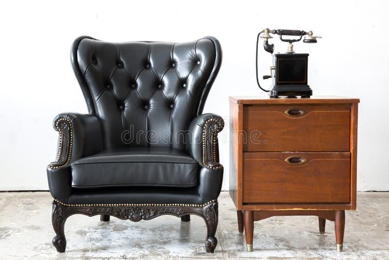 Rétro chaise en cuir avec le téléphone photo stock