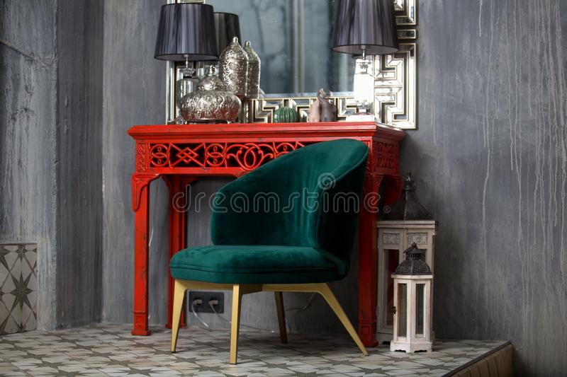 Rétro chaise verte près de la coiffeuse rouge photo stock