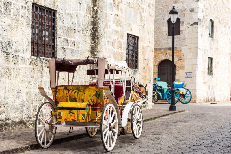 Rétro chariot avec un cheval sur une rue de ville en Santo Domingo, République Dominicaine  Copiez l'espace pour le texte photos stock