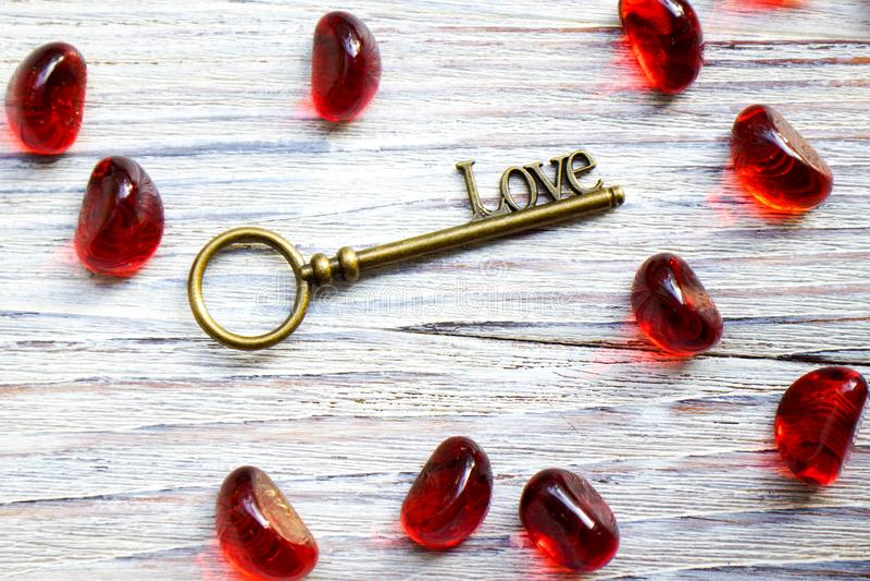 Rétro clé en bronze avec l'amour de mot sur un fond en bois blanc, endroit sous le texte, carte pour le jour de valentines, conce image libre de droits