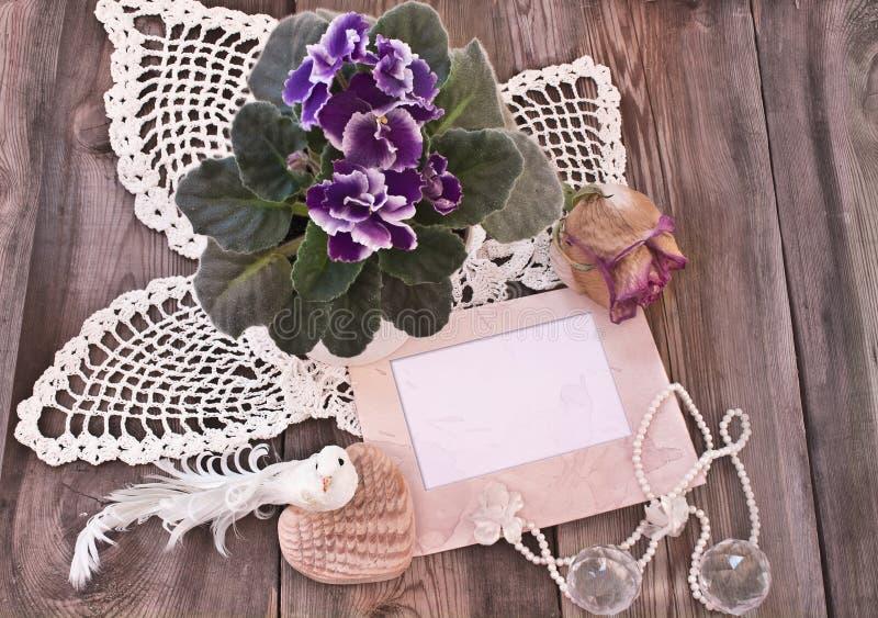 Rétro composition avec le cadre de photo, les serviettes tricotées et l'alto photos stock