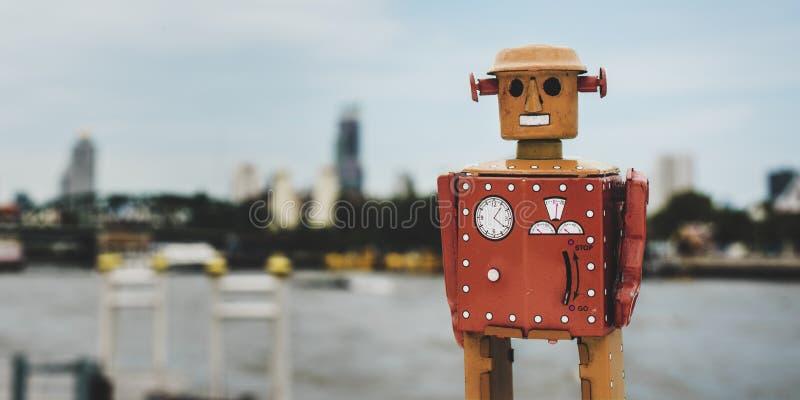 Rétro concept de fond de ville de jouet de robot de bidon photo libre de droits
