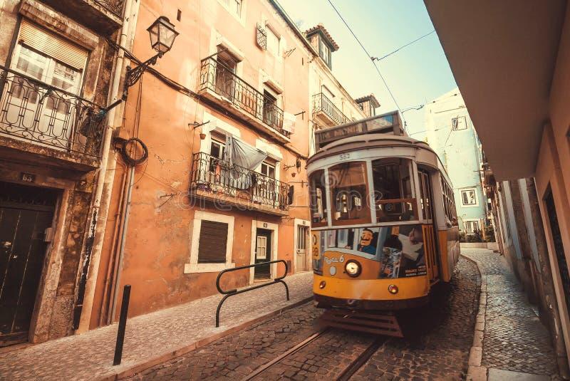 Rétro conduite de tramway dans la tache floue de mouvement après la vieille rue de maisons photographie stock libre de droits