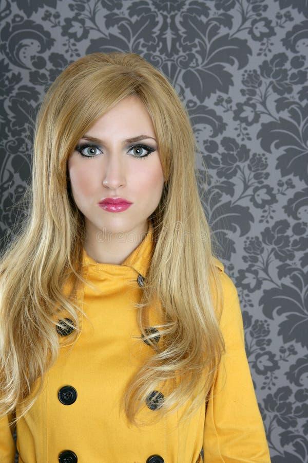 Rétro couche de gabardine de jaune de femme de mode photographie stock libre de droits