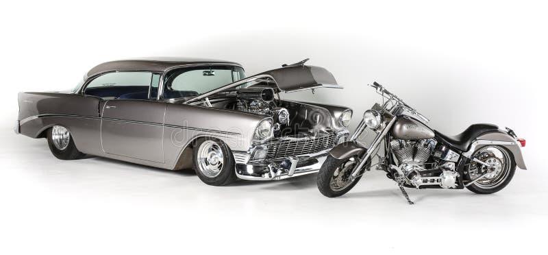 Rétro coup classique 1956 de Chevrolet de style et fond blanc de motocyclette de Harley Davidson CVO, d'isolement Signe de l'artè images libres de droits