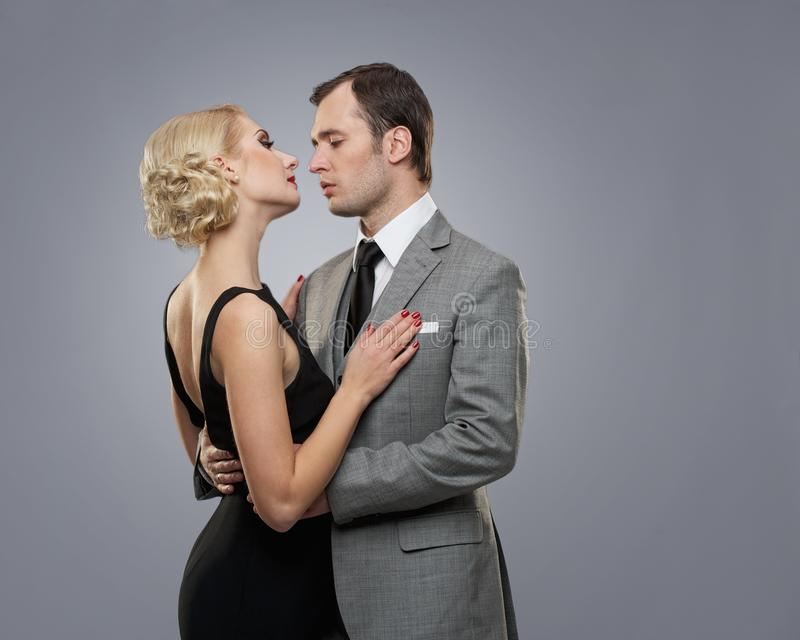 Rétro couples sur le gris image stock
