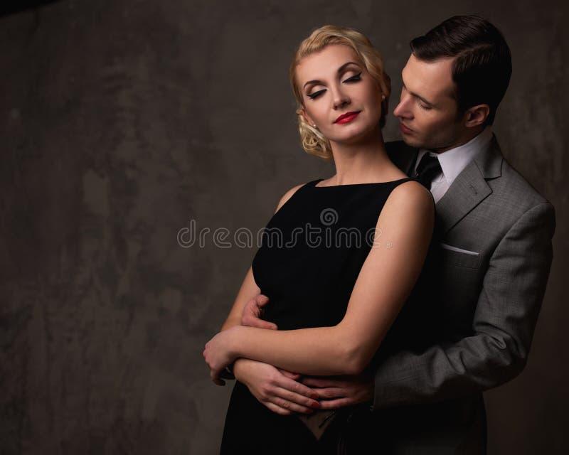 Rétro couples sur le gris photographie stock libre de droits