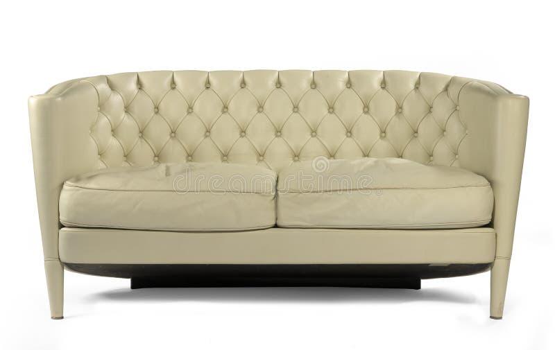 Rétro cuir antique de crème de divan de sofa d'isolement sur le blanc photo stock