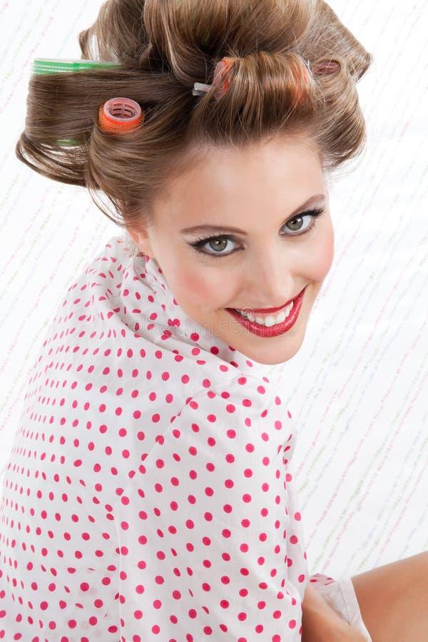Rétro femme avec des rouleaux de cheveux photographie stock