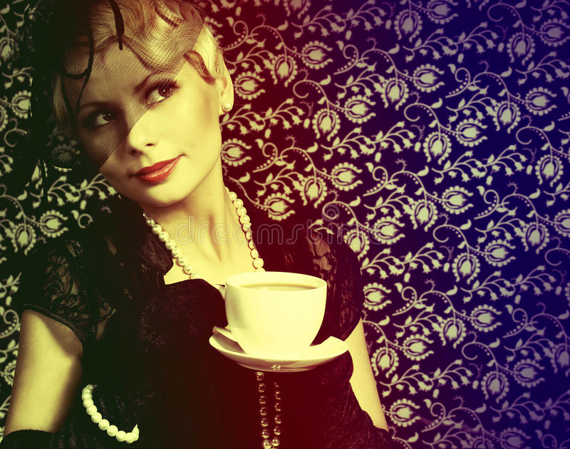 Rétro femme avec la tasse de café. Portrait de beau blond de mode photographie stock libre de droits