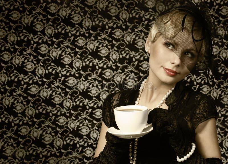 Rétro femme avec la tasse de café. Portrait de mode beau image libre de droits