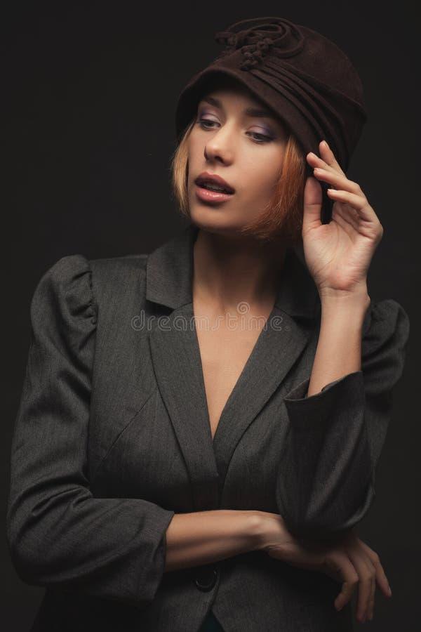 Rétro femme blonde élégante dans le chapeau photographie stock libre de droits