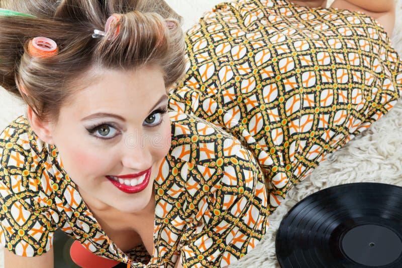 Rétro femme de style se trouvant sur la couverture photographie stock