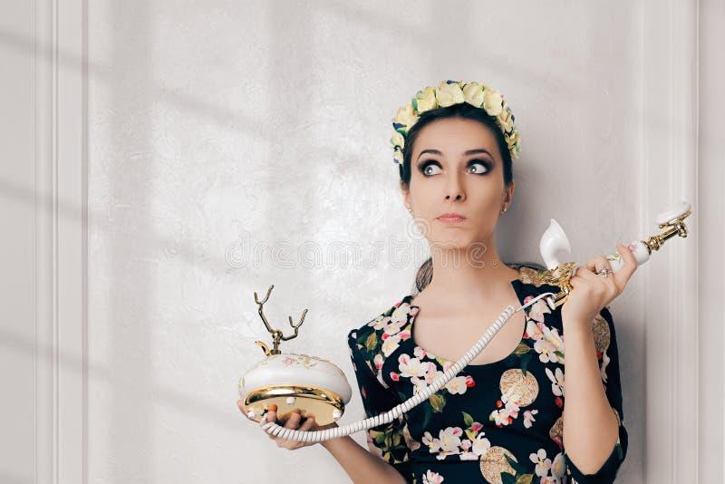 Rétro femme irrésolue prête avec le téléphone de vintage image stock