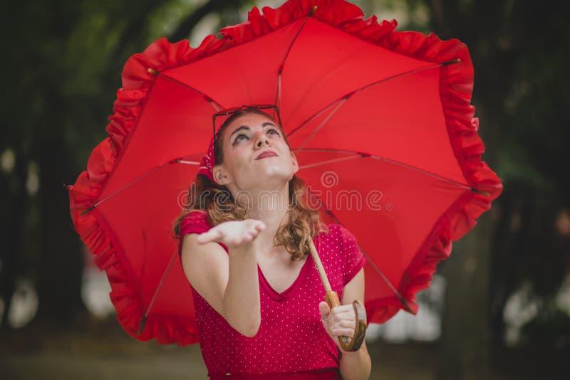Rétro femme vérifiant la pluie image stock