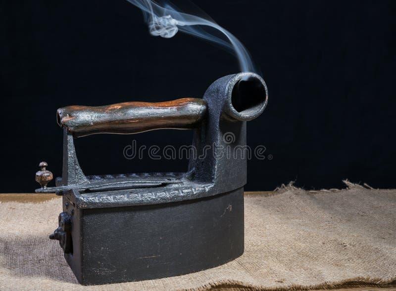 Rétro fer de charbon de bois photo stock