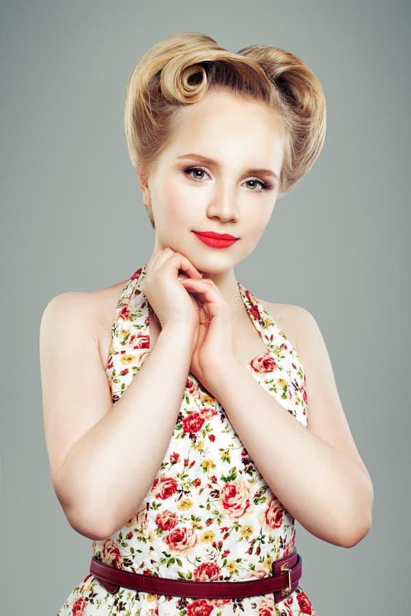 Rétro fille de goupille- de vintage avec la coiffure élégante, portrait photo stock