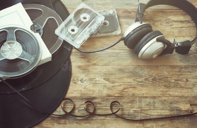 Rétro fond de musique, disque vinyle, bobine, cassettes sonores images libres de droits