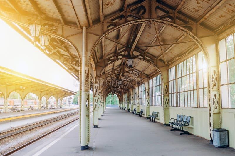 Rétro gare ferroviaire de passager de plate-forme de vintage Concept de la réunion, attente, voyant des personnes sur le voyage p image stock