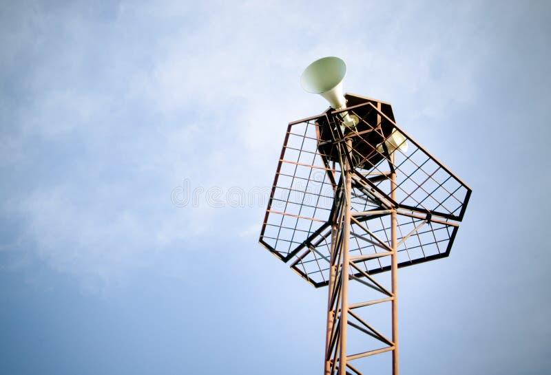 Rétro haut-parleur sur le ciel bleu images stock