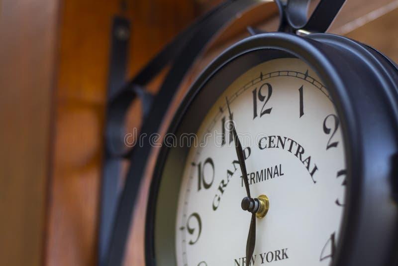 R?tro horloge analogue ext?rieure sur le mur en bois photos stock