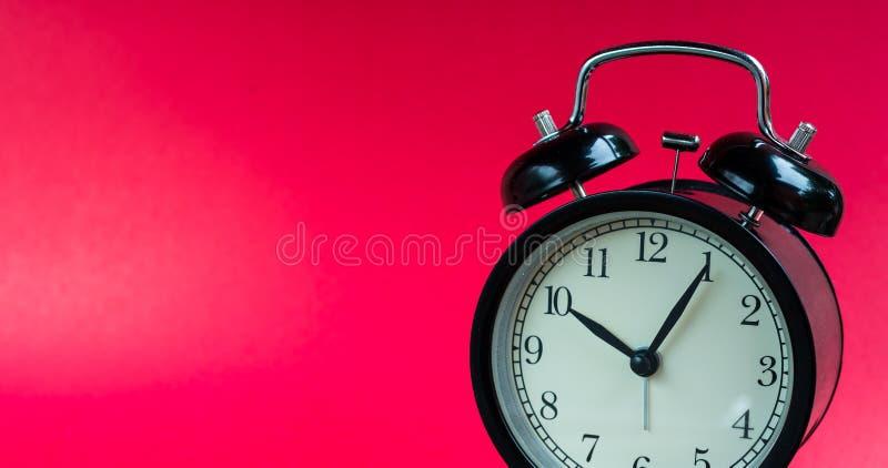 Rétro horloge d'alram avec le fond rouge images libres de droits